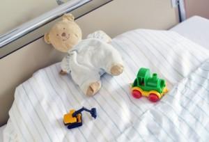 Teddy und Spielzeug im Krankenhaus